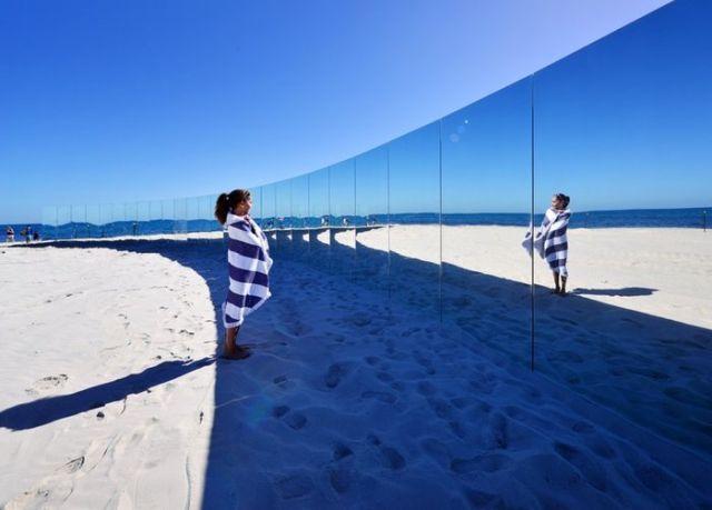 """Зеркальный """"остров"""" на австралийском пляже"""