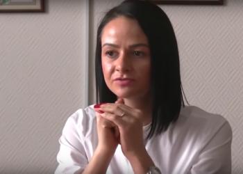 Ольга Глацких танцует голая на столе — видео