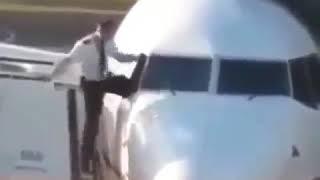 Попытка пилота залезть в самолет через окно попала на камеру
