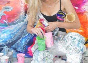 Уличная художница Софи Фи, запустившая тренд «GlitterBoobs», заработала больше миллиона фунтов за год (