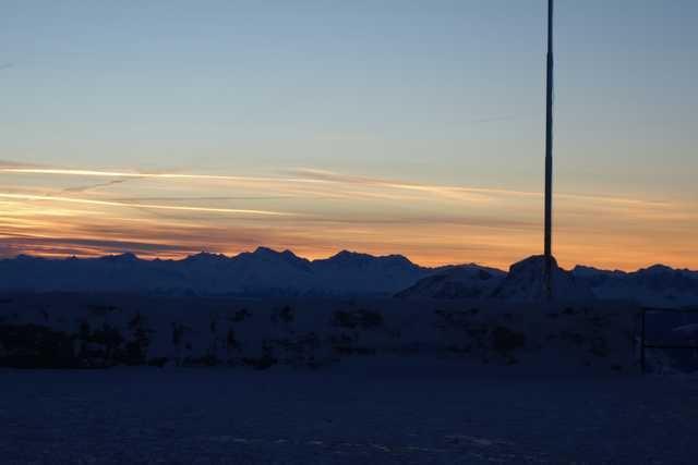 Ночевка на вершине горы в специально оборудованном иглу